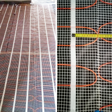 This photo shows non-compliance with the minimum distance between heating cables. Cables must not be close together so as to prevent their long-term overheating. There must be a gap of at least 3 cm between heating cables. In this case, the tops of the heating loops on the mat are only 0.5 cm apart, and yet it would be enough to simply move one strip of the heating mat by approx. 5-6 cm, so that the tops of the loops were not directly opposite each other.