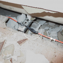 The cut in the heating cable was repaired with a breakable terminal block and insulated with black electrical insulating PVC tape. As the several layers of adhesive tape show, the person in question certainly didn´t want to underestimate the repair….